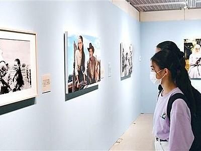 ヘプバーンの多彩な表情 福井県立美術館で写真展