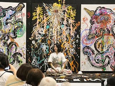 信州で培った感受性、即興の絵に 小松さん、県立美術館で披露