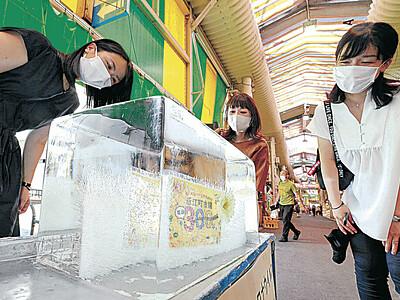 猛暑に氷柱涼やか 近江町市場に風物詩