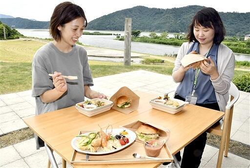 三方五湖で取れた魚を新感覚メニューで味わう参加者=7月27日、福井県若狭町鳥浜