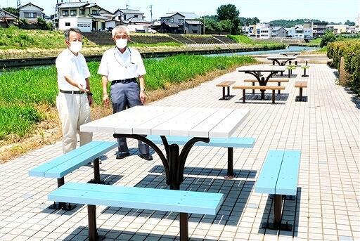 竹田川沿いに整備されたベンチとテーブル=福井県あわら市春宮1丁目