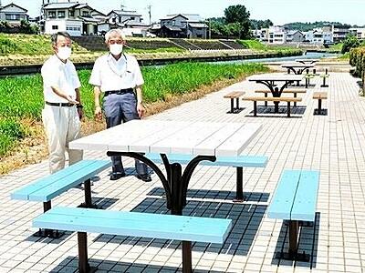 竹田川沿い彩るカラフルベンチ 福井県あわら市のまちづくり団体が設置
