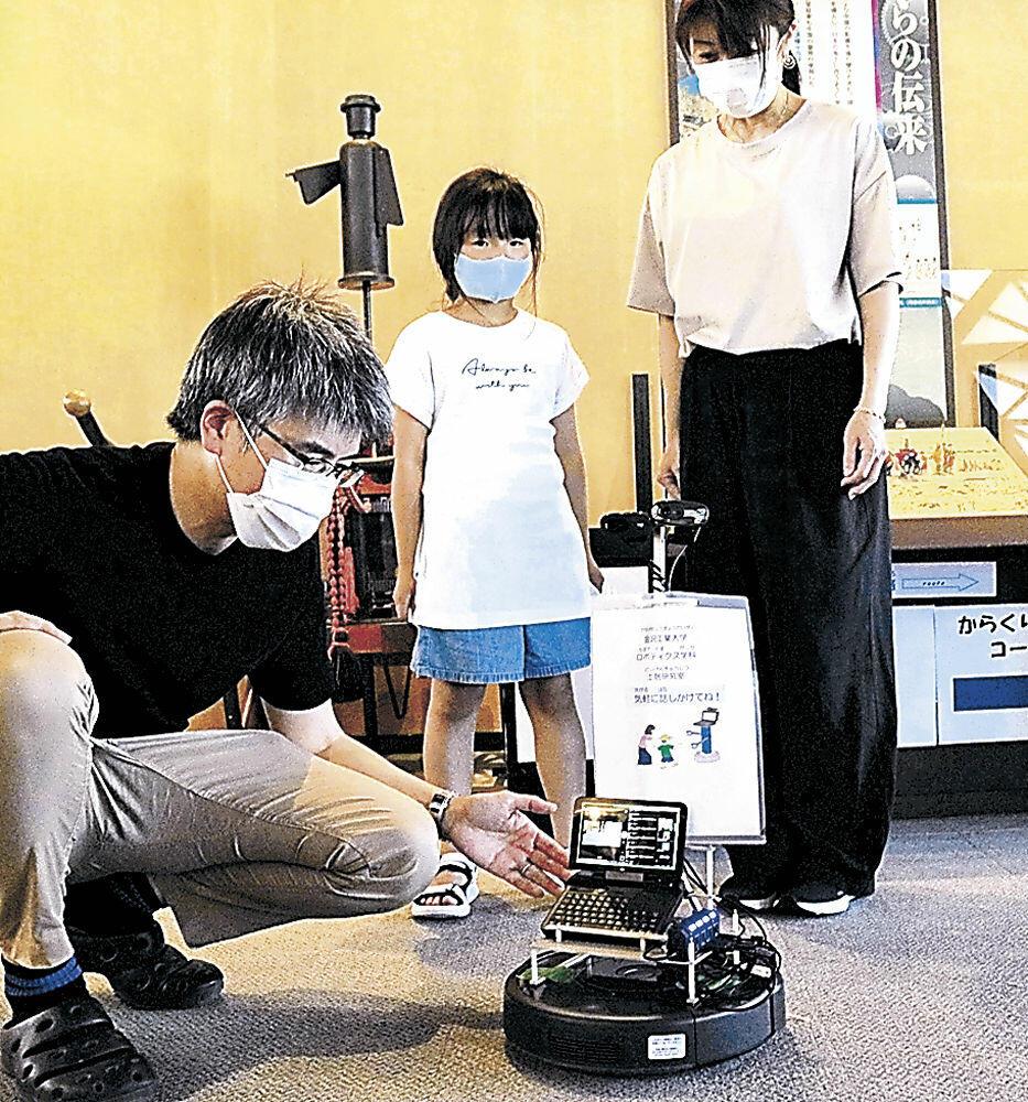 遠隔操作で館内を動き回るロボット=金沢市の県金沢港大野からくり記念館