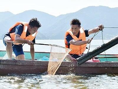 サッカー選手もウナギ漁に奮闘 三方五湖、クラブのJFLうなぎ上り目指し