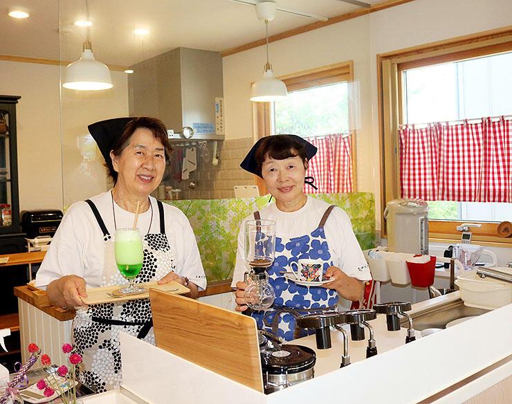温かい雰囲気のカフェを運営する浅野さん(右)と片岡さん