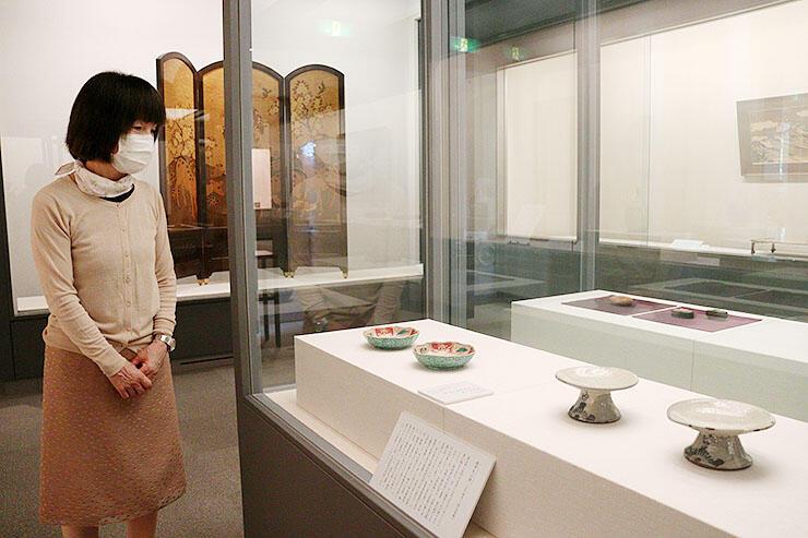 県ゆかりの工芸品が並ぶ会場=富山市佐藤記念美術館