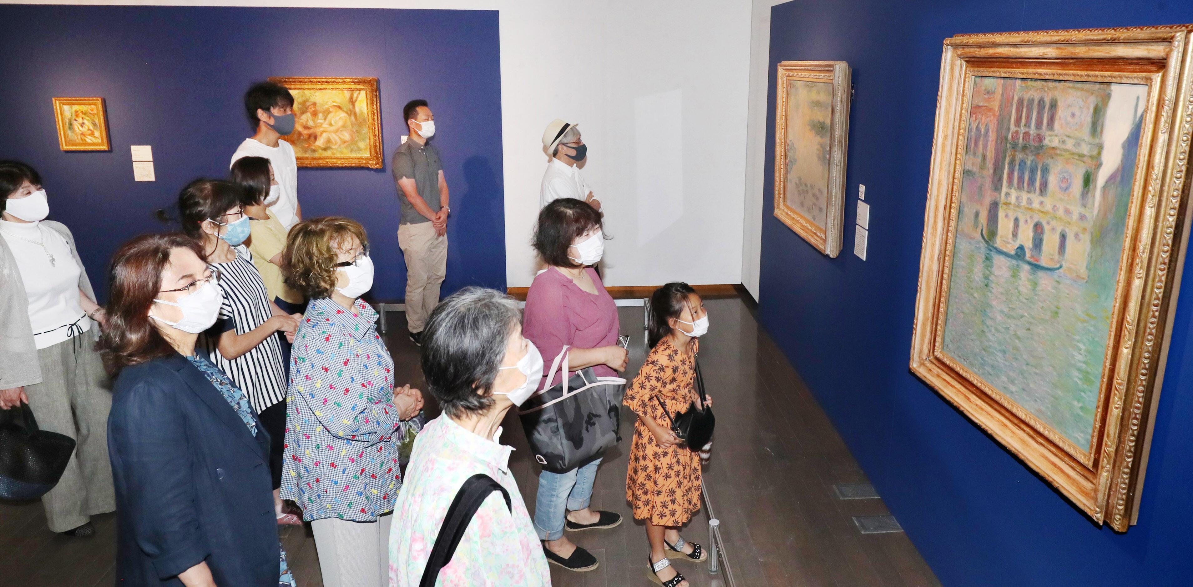 名画と触れ合う美術ファン=金沢21世紀美術館
