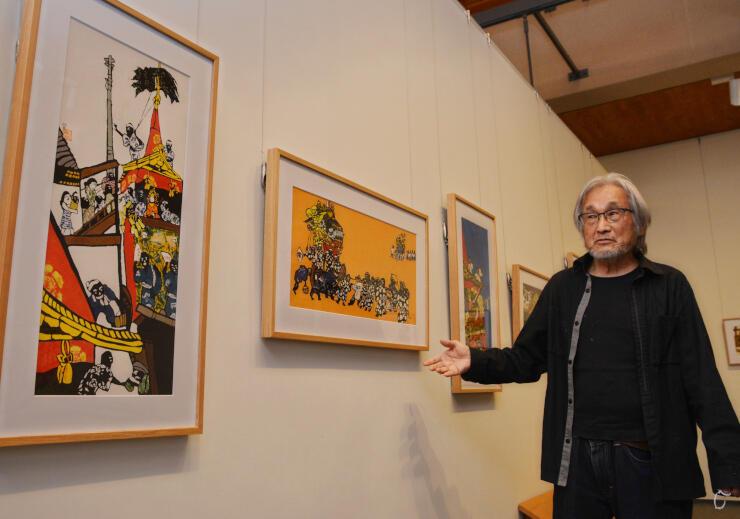 祇園祭を描いた作品を紹介する田島さん