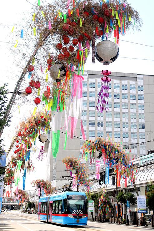 感染が終息するよう願いが込められた大型の七夕飾り=高岡市末広町