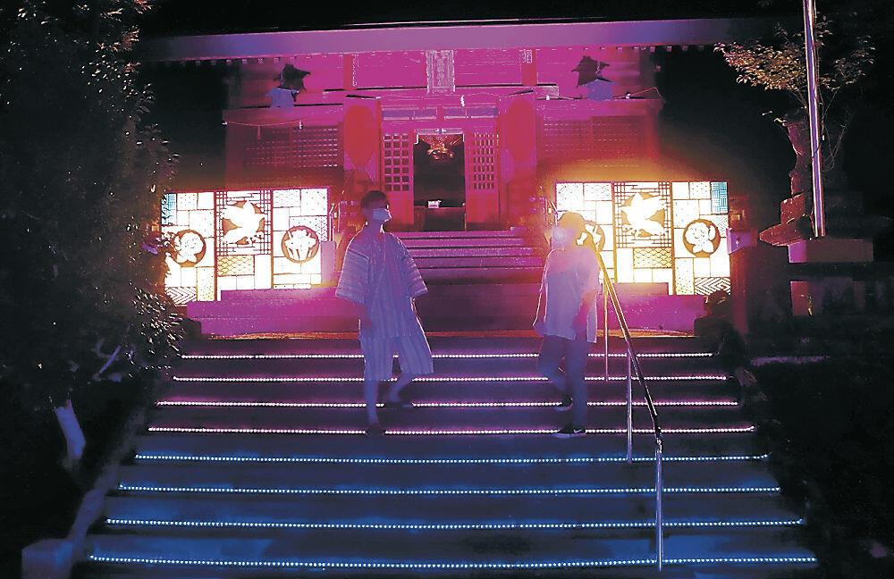 ライトアップに見入る参拝者=加賀市山代温泉の服部神社