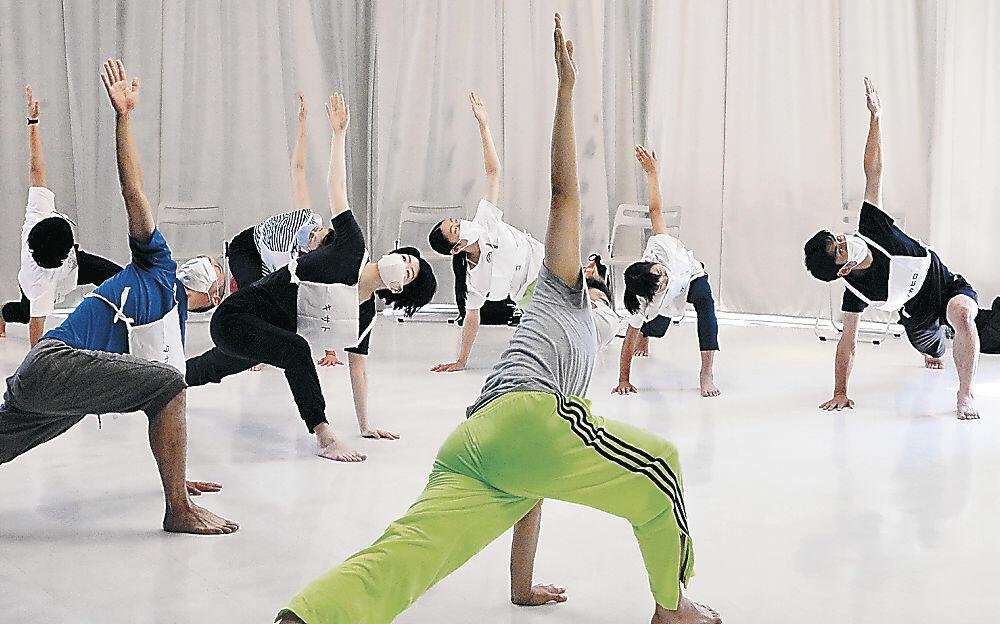 入念に体操を繰り返す参加者=珠洲市のラポルトすず
