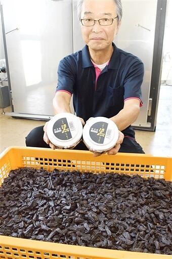 じっくり熟成させた「三年子 黒らっきょ」=8月1日、福井県坂井市の道の駅みくに・ふれあいパーク三里浜
