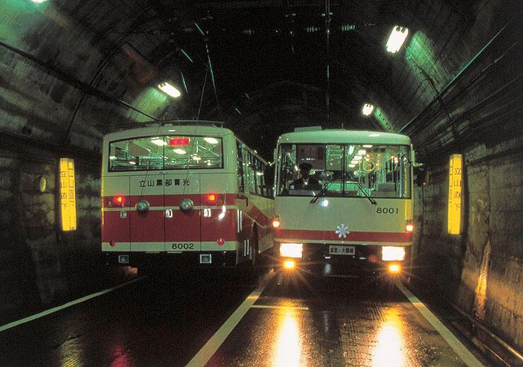 室堂-大観峰を結ぶ立山トンネルトロリーバス