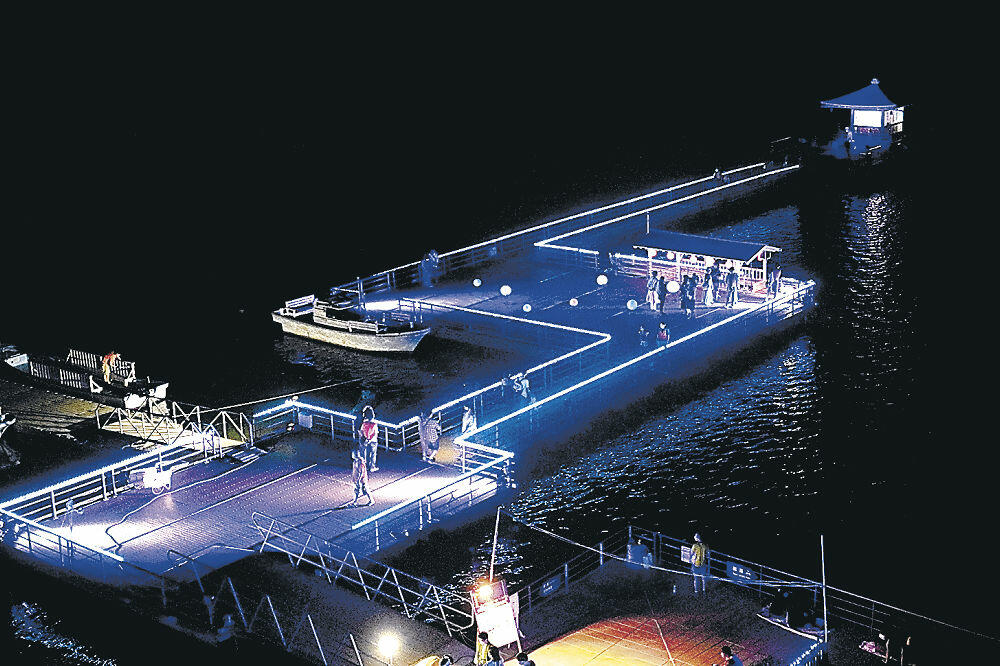 ライトアップされた浮御堂と桟橋=1日夜、加賀市片山津温泉