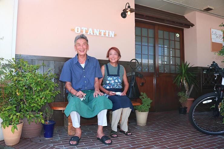 麹カフェ「おたんちん」の前で 笑顔を見せる伏見さん夫妻