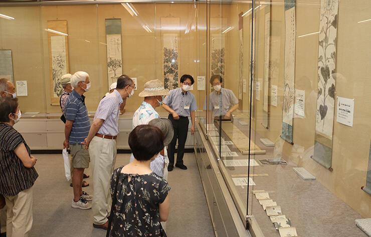 筏井竹の門の俳画などを紹介する展示