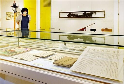 明治時代に県内で使われた教科書などが並ぶ特別展=福井県福井市の県立こども歴史文化館
