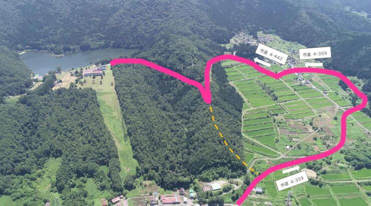 北竜湖(左奥)に続く赤線部分の市道。ハート形のように見える