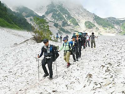 登山者の汗にひんやり 白馬大雪渓