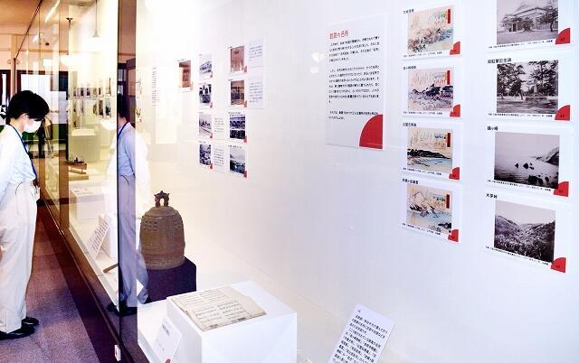明治から戦後にかけての古写真で、敦賀のまちなみの歴史や変遷を紹介している特別展=8月6日、福井県の敦賀市立博物館