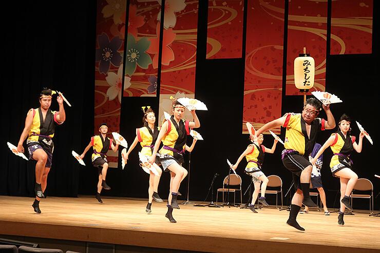 蝶六舞台踊りフェスで躍動感あふれる舞を披露する「チームみちした」=新川文化ホール