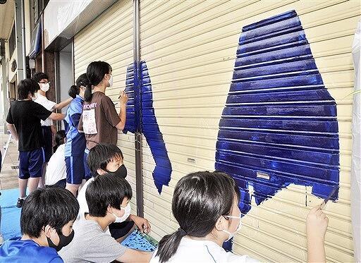シャッターに絵を描く生徒たち=8月3日、福井県小浜市のはまかぜ通り商店街