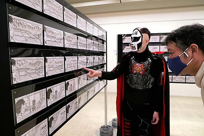 大町市を舞台にしたパラパラ漫画「きらり輝く」の原画を紹介する鉄拳さん