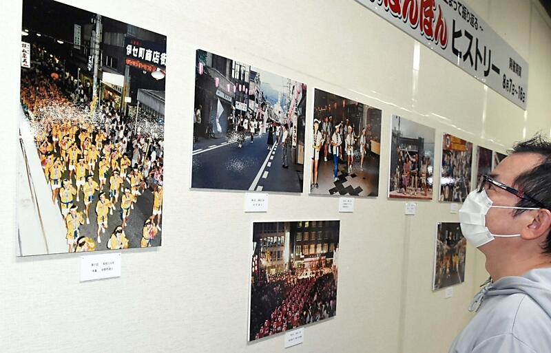 松本ぼんぼんの写真パネルなどが並ぶ企画展