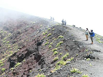 レベル引き下げの浅間山 前掛山目指す登山者
