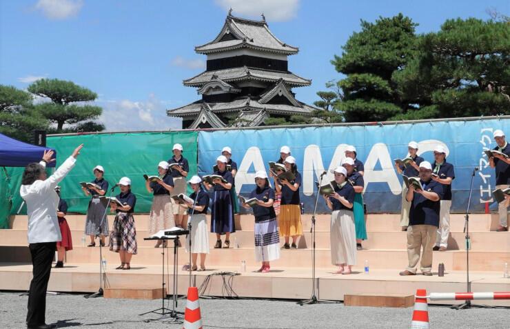 息の合った歌声を松本城公園に響かせた「お城deハーモニー」=8日、松本市
