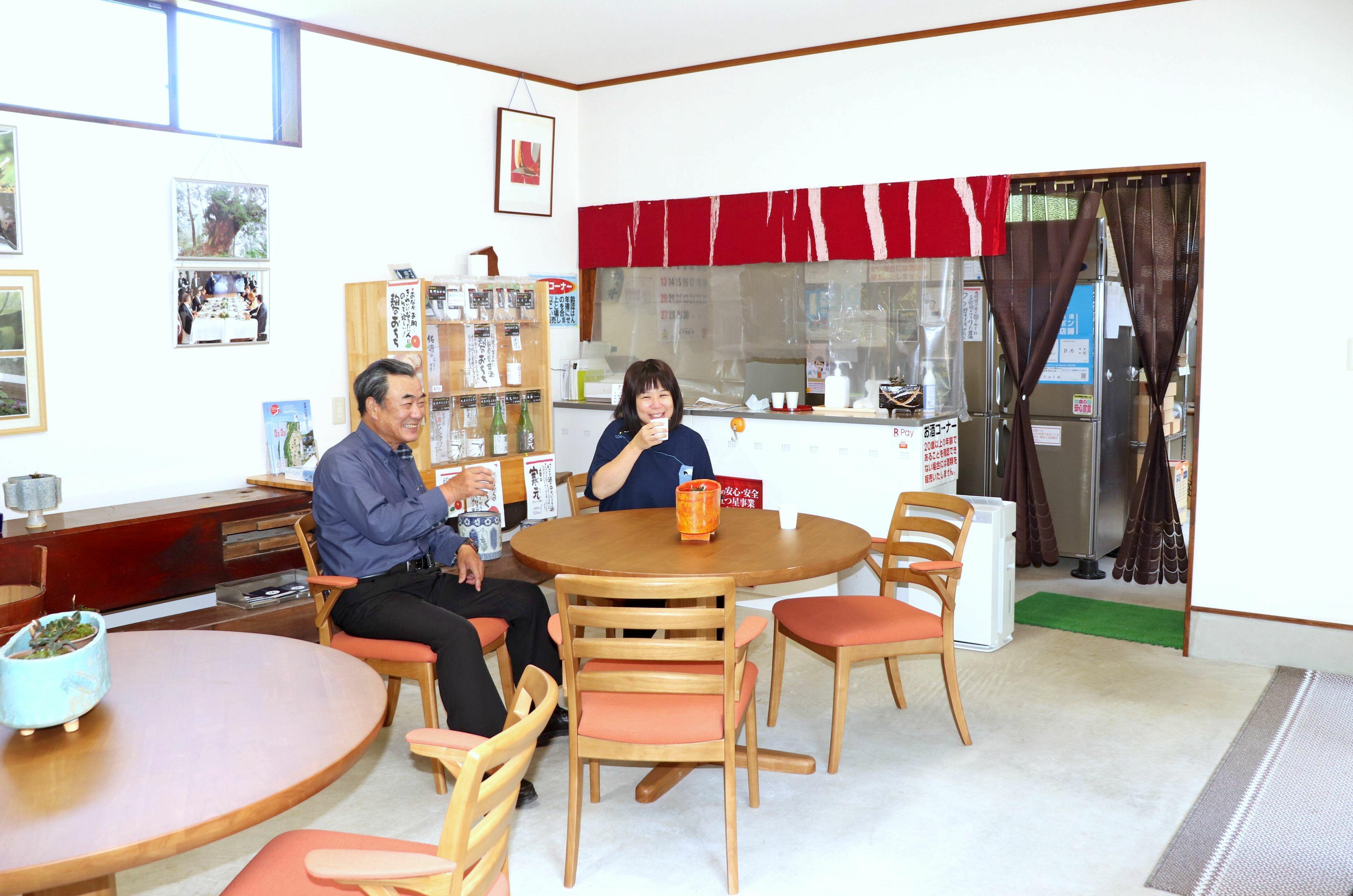 麹のおちちなどの試飲が楽しめる佐渡発酵の直売所兼休憩スペース=佐渡市関
