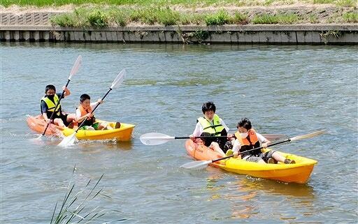 竹田川でカヤック体験をする児童=福井県あわら市内