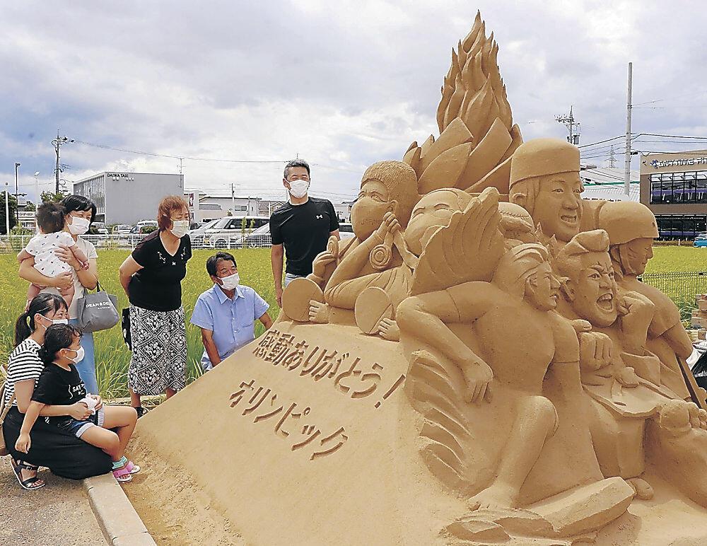 東京五輪のメダリストを組み合わせた砂像=金沢市藤江北4丁目のパン店