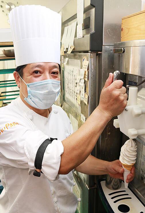 麦芽アイスのソフトクリームを作る樋口店主