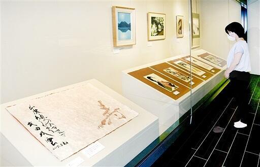 越前和紙の製紙所と芸術家の交流を示す作品が並ぶ企画展=福井県越前市の紙の文化博物館