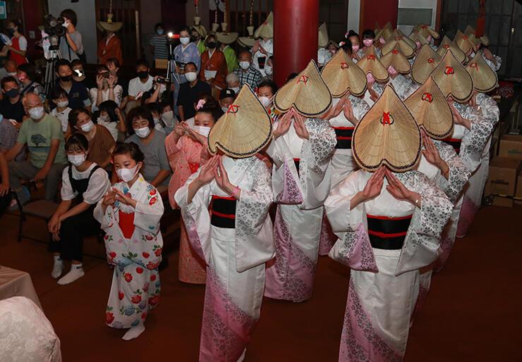 踊りを披露する風の会=大岩山日石寺