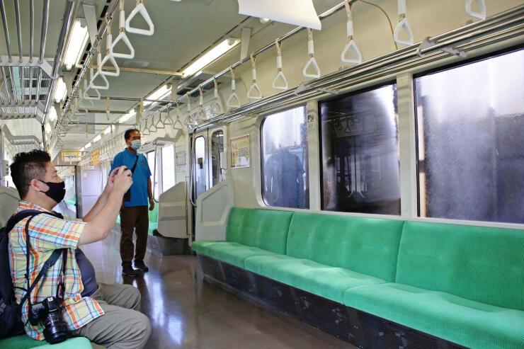 洗車機を通過する列車の車内=上越市の直江津運転センター