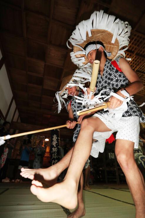 笛や太鼓の音に合わせて激しく舞った「和合の念仏踊り」=13日午後8時20分、阿南町和合の林松寺