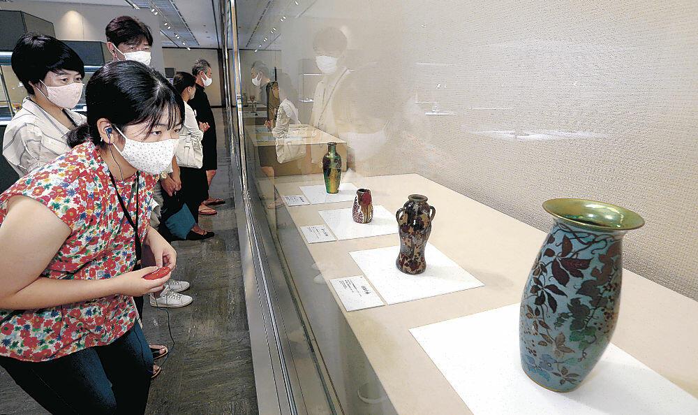 多彩な作品に見入る来場者=石川県立美術館