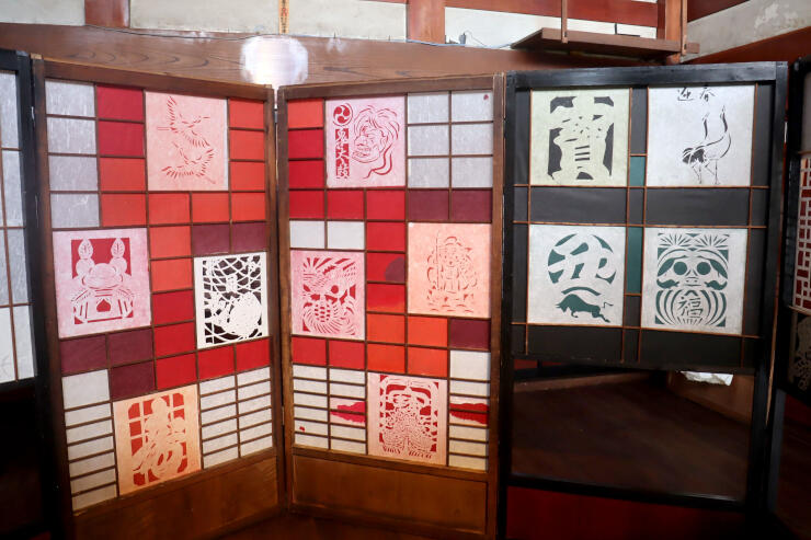 ハ・ジョンナムさんの作品「かみとかみとかみと」。障子枠に和紙や韓紙(ハンジ)で作ったはかま紙などを貼り付けた。はかま紙は島内の人々と共に制作した=佐渡市山田の古民家宿「長蔵」