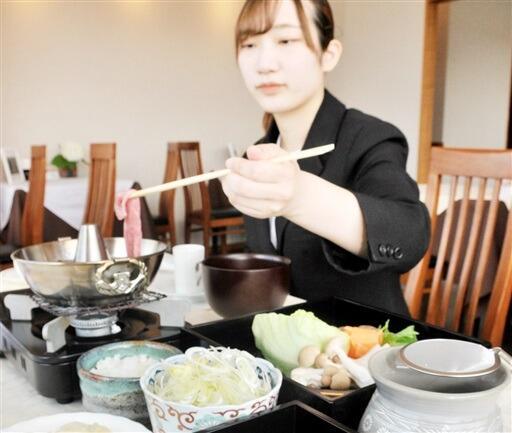 若狭牛を特製の和風つゆや白ネギで味わう「つゆしゃぶランチ」=福井県小浜市白鳥のホテルアーバンポート