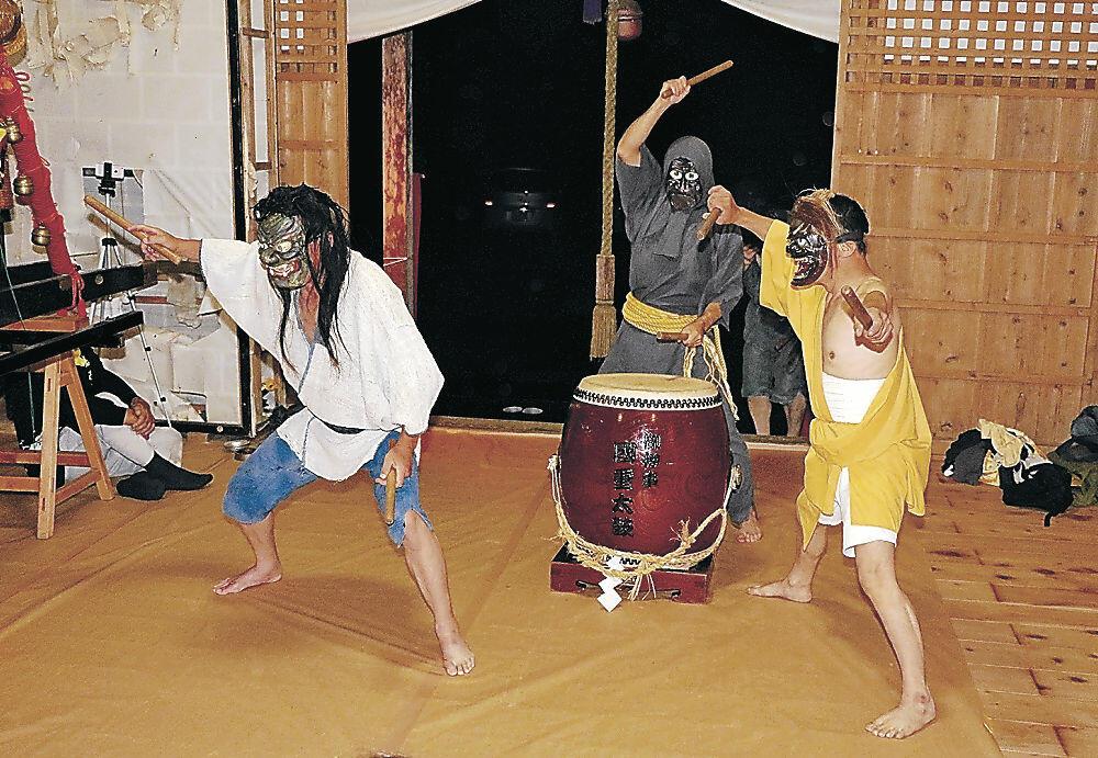 勇壮に太鼓を披露する男衆=17日、能登町国重の白山神社