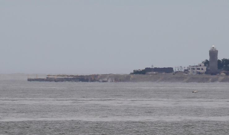 左側先端がワニの口のように変化した黒部市生地方面の護岸=19日午前11時ごろ