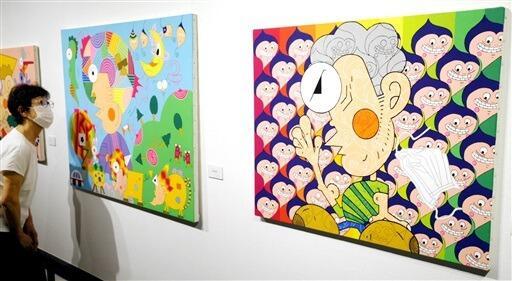 独創的でユニークな藤原孝さんのアクリル画。右が「コビット19」。その左が「放浪の旅」=福井県若狭町の熊川宿若狭美術館