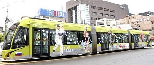 東京パラリンピックに出場する西島選手らが登場したラッピング電車=8月18日、福井県福井市大手3丁目