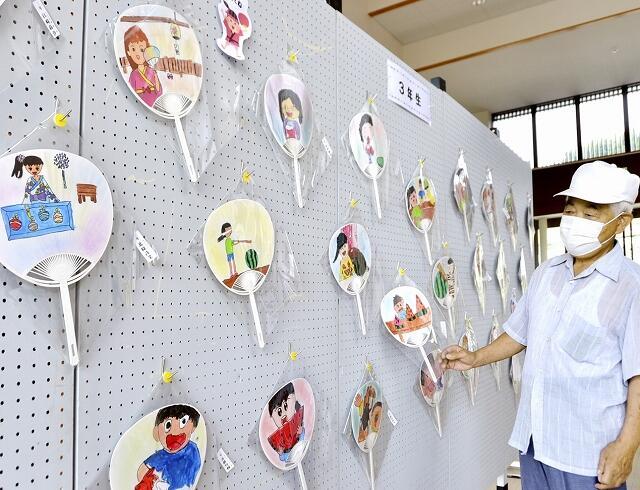 宮崎小学校児童が夏をテーマに描いたうちわ=8月18日、福井県越前町宮崎コミュニティセンター