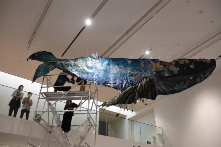 グランドオープン記念展に向けて展示作業が進む大小島さんの作品