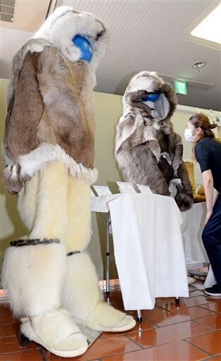 シロクマの毛皮で作られた防寒具が紹介されている巡回展=8月24日、福井県おおい町本郷公民館