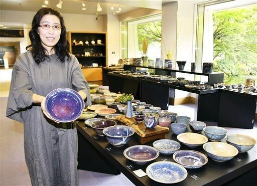 星川さんと宇宙をテーマにした作品が並ぶ個展=8月24日、福井県越前町の県陶芸館