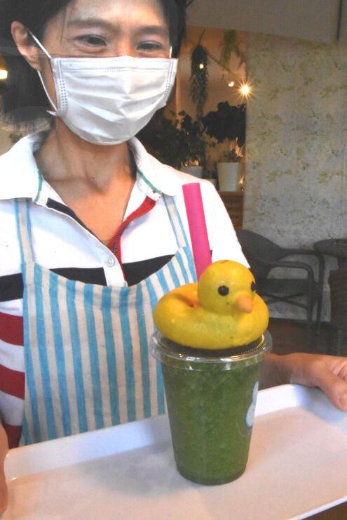 スイーツマーケットカフェが提供するドーナツ付きのスムージー